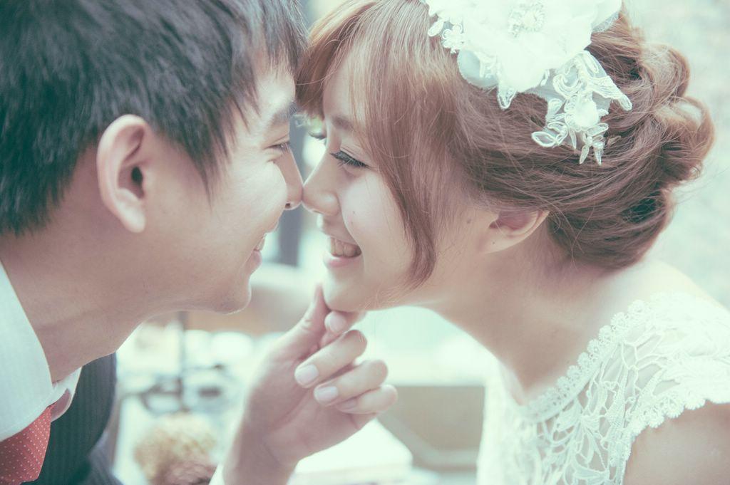 自助婚紗,蓬鬆空氣感造型,韓式低髮髻,自然清透妝感,歐美風,手工新娘飾品,窄版白紗